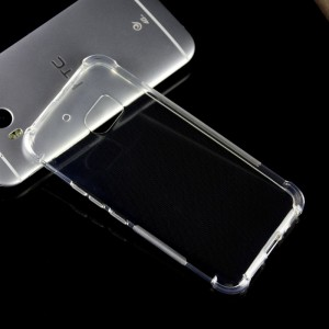 Силиконовый матовый полупрозрачный противоударный чехол с усиленными углами для HTC 10  Белый